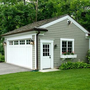 Cette image montre un garage pour une voiture séparé traditionnel de taille moyenne.