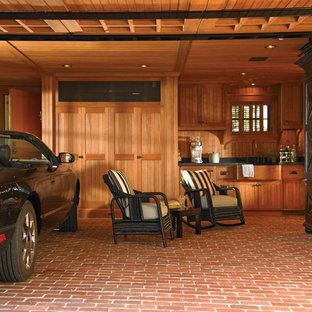 Eklektisk inredning av en enbils garage och förråd