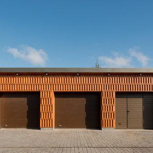 Пример оригинального дизайна: отдельно стоящий гараж среднего размера в современном стиле для трех машин
