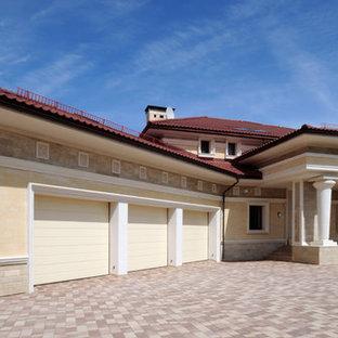 Удачное сочетание для дизайна помещения: огромный пристроенный гараж в средиземноморском стиле для трех машин - самое интересное для вас