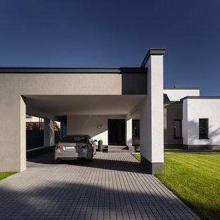 Неиссякаемый источник вдохновения для домашнего уюта: пристроенный гараж в современном стиле с навесом над входом