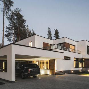 Новые идеи обустройства дома: большой пристроенный гараж в современном стиле с навесом для автомобилей для двух машин