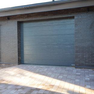 Réalisation d'un petit garage pour une voiture attenant nordique avec une porte cochère.