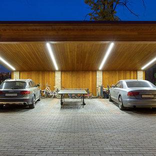 Неиссякаемый источник вдохновения для домашнего уюта: отдельно стоящий гараж в современном стиле с навесом для автомобилей для трех машин