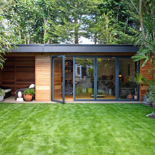 Photo of a medium sized contemporary detached office/studio/workshop in Surrey.
