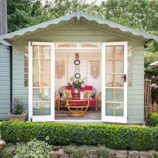 Cette image montre un abri de jardin séparé style shabby chic.