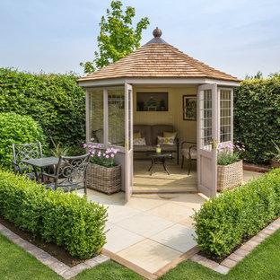 Réalisation d'un abri de jardin séparé tradition de taille moyenne.