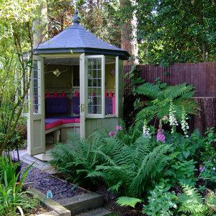 Exempel på ett litet eklektiskt fristående trädgårdsskjul