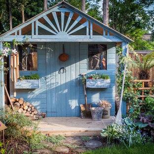 Cette image montre un abri de jardin style shabby chic.