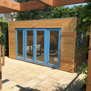 Cette image montre un abri de jardin séparé nordique de taille moyenne avec un bureau, studio ou atelier.