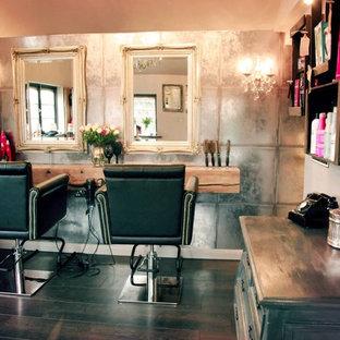 Idée de décoration pour un abri de jardin séparé style shabby chic de taille moyenne avec un bureau, studio ou atelier.