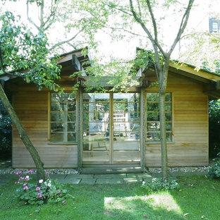 Cette image montre un abri de jardin séparé asiatique de taille moyenne avec un bureau, studio ou atelier.
