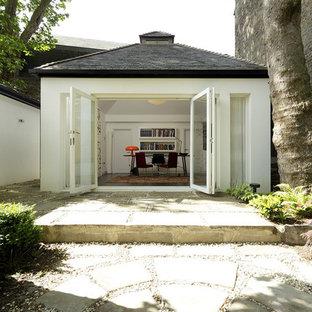 Cette image montre un abri de jardin attenant design de taille moyenne avec un bureau, studio ou atelier.