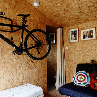 Example of a mid-sized urban detached studio / workshop shed design in London