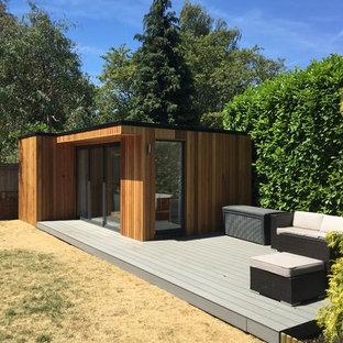 Idée de décoration pour un abri de jardin séparé design de taille moyenne avec un bureau, studio ou atelier.
