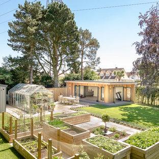 Exemple d'un abri de jardin tendance.