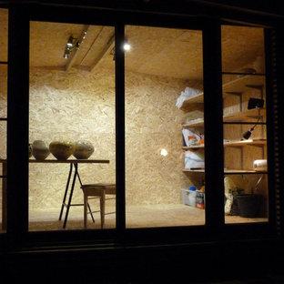 Idées déco pour un grand abri de jardin séparé scandinave avec un bureau, studio ou atelier.