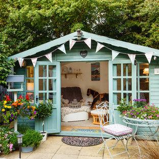 Exemple d'un abri de jardin séparé romantique avec un bureau, studio ou atelier.