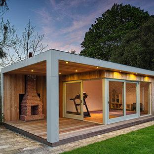 Cette photo montre un abri de jardin séparé tendance avec un bureau, studio ou atelier.