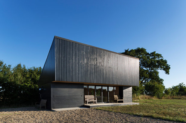 Modern Garden Shed in addition to Building by Charles Barclay Architects