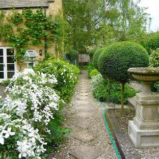 На фото: геометрический, летний участок и сад на заднем дворе в стиле шебби-шик с полуденной тенью и покрытием из каменной брусчатки с