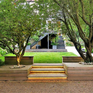 Inspiration for a contemporary back garden in London with gravel.