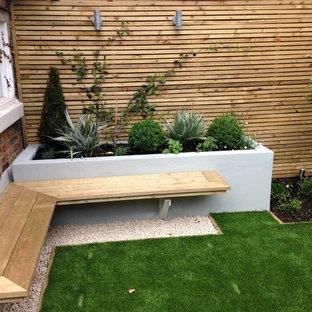 Aménagement d'un petit jardin arrière moderne l'été avec une exposition ensoleillée et du gravier.