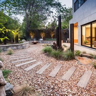 Cette photo montre un grand jardin arrière asiatique avec un foyer extérieur, une exposition partiellement ombragée et du gravier.