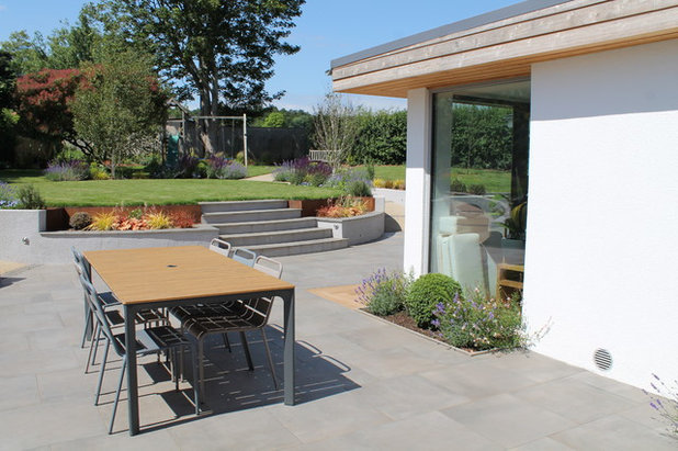 Contemporary Garden by Outerspace Creative Landscaping