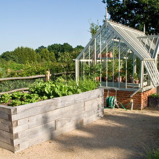 Стильный дизайн: летний участок и сад среднего размера на заднем дворе в викторианском стиле с садовой дорожкой или калиткой, полуденной тенью и покрытием из гравия - последний тренд