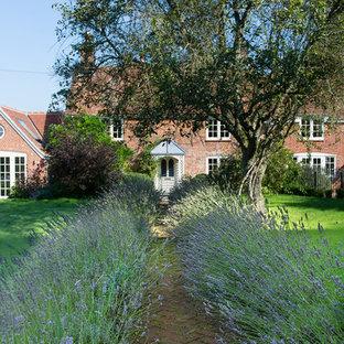 バークシャーのカントリー風おしゃれな庭 (庭への小道、半日向、レンガ敷き) の写真