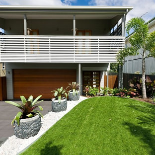 Design ideas for a mid-sized tropical front yard landscaping in Brisbane.