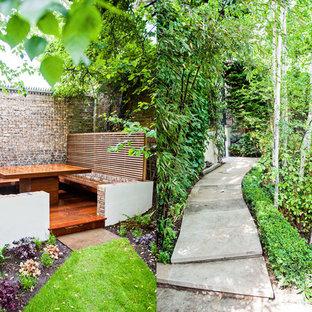 Idée de décoration pour un jardin design avec une entrée ou une allée de jardin, une exposition ombragée et des pavés en pierre naturelle.