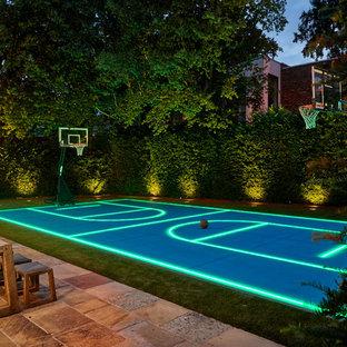 Moderner Garten hinter dem Haus mit Sportplatz in London