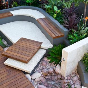 Kleiner Moderner Garten hinter dem Haus mit Wasserspiel, direkter Sonneneinstrahlung und Dielen in Perth