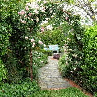 Esempio di un giardino formale chic esposto in pieno sole di medie dimensioni e dietro casa in primavera con fontane e pavimentazioni in pietra naturale