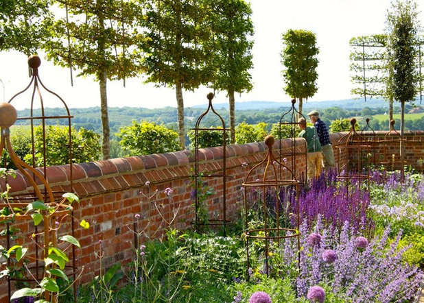 Traditional Garden by Marian Boswall Landscape Architects