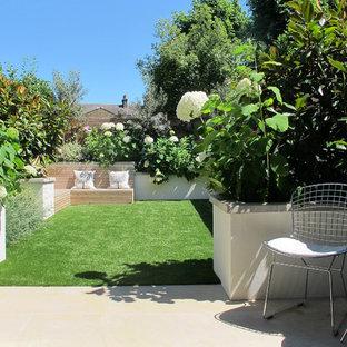 ロンドンの小さい、夏のコンテンポラリースタイルのおしゃれな裏庭 (日向、天然石敷き) の写真