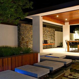 パースのアジアンスタイルのおしゃれな庭の噴水の写真