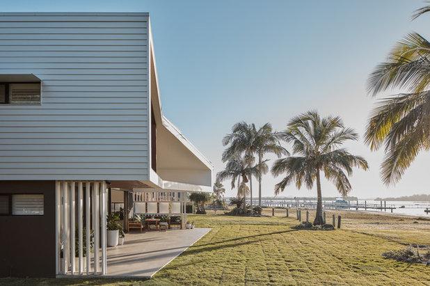 Beach Style Garden by Justin Humphrey Architect