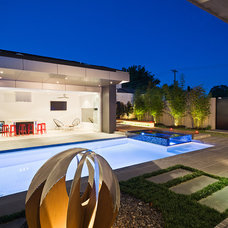 Contemporary Landscape by C.O.S Design