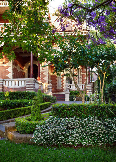 Traditional Garden by GOODMANORS Pool + Garden