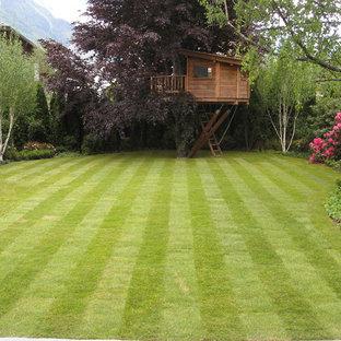 Exemple d'un grand jardin arrière chic.