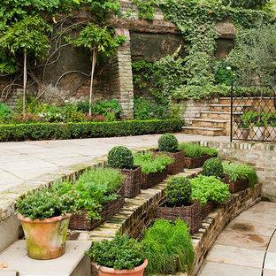 Inspiration för en stor vintage gårdsplan i delvis sol på våren, med en vertikal trädgård och naturstensplattor