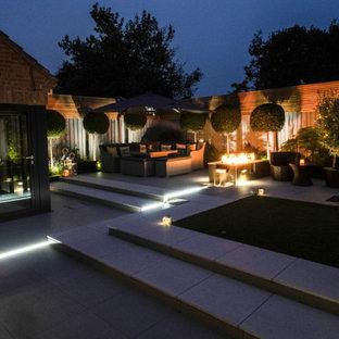 Geometrischer, Mittelgroßer, Halbschattiger Moderner Garten hinter dem Haus mit Kamin in Cambridgeshire