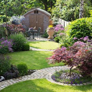 Mittelgroßer, Halbschattiger Klassischer Garten hinter dem Haus in Hertfordshire