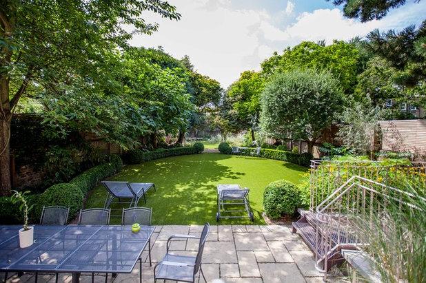 Contemporary Garden by Cameron Landscapes and Gardens
