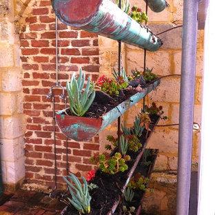 На фото: участок и сад в стиле фьюжн с