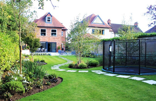 Contemporary Garden by FMN Gardens