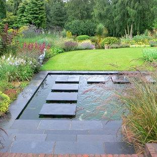 Diseño de jardín francés, asiático, grande, en verano, en patio trasero, con adoquines de ladrillo